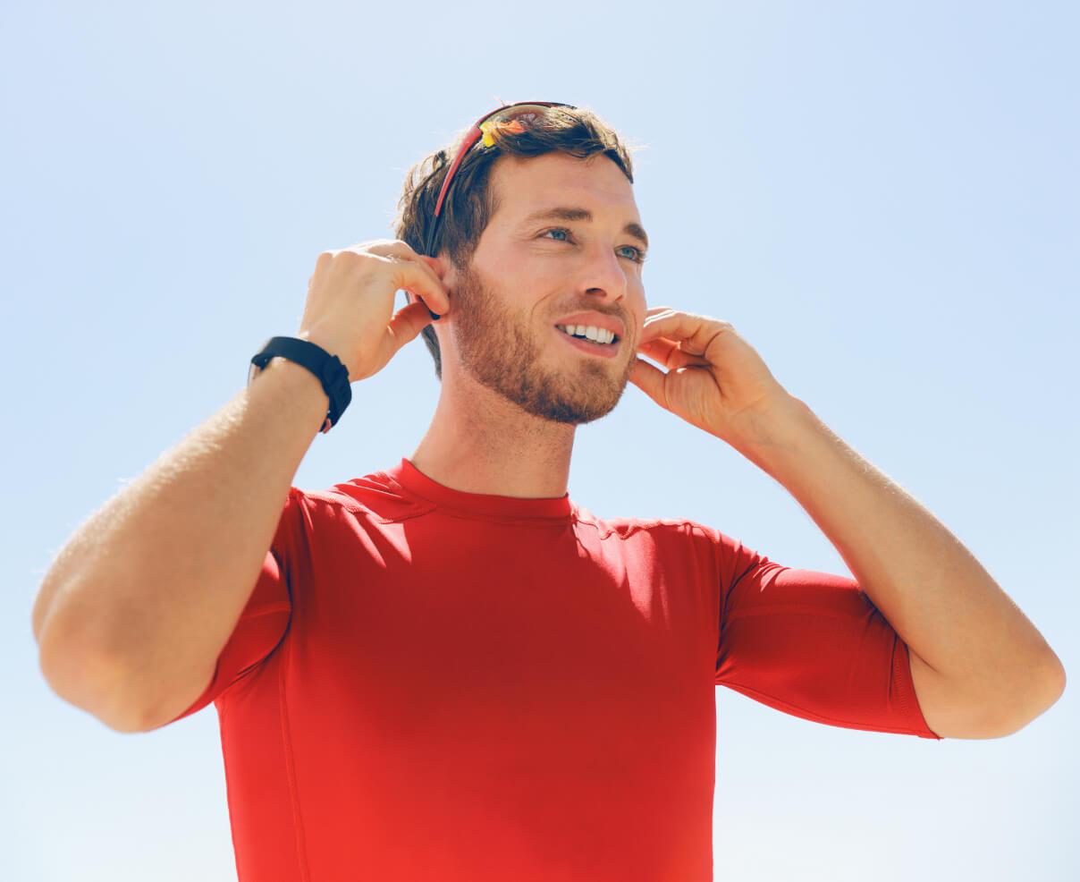 Mann mit Hörgeräten