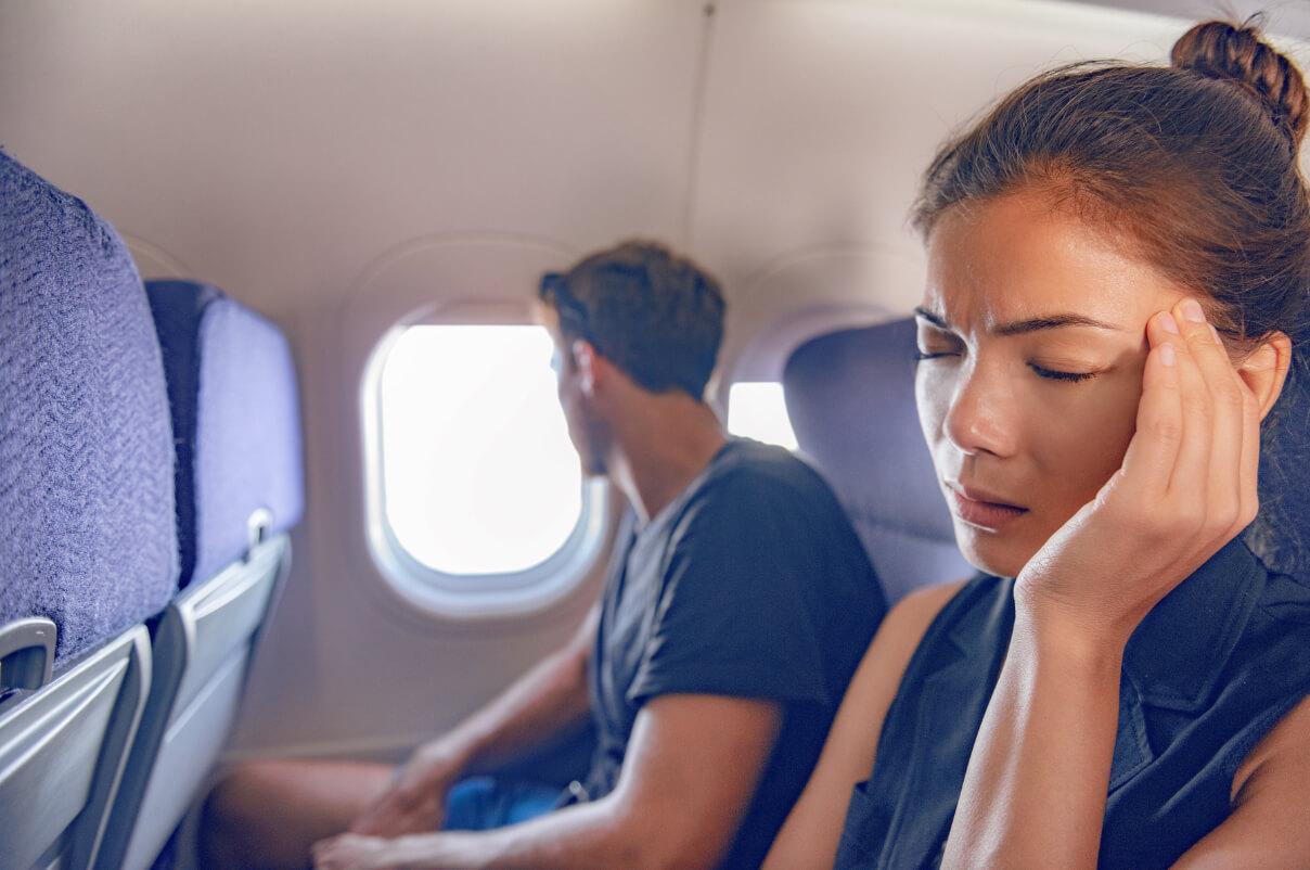 Frau Hörverlust Flugzeug