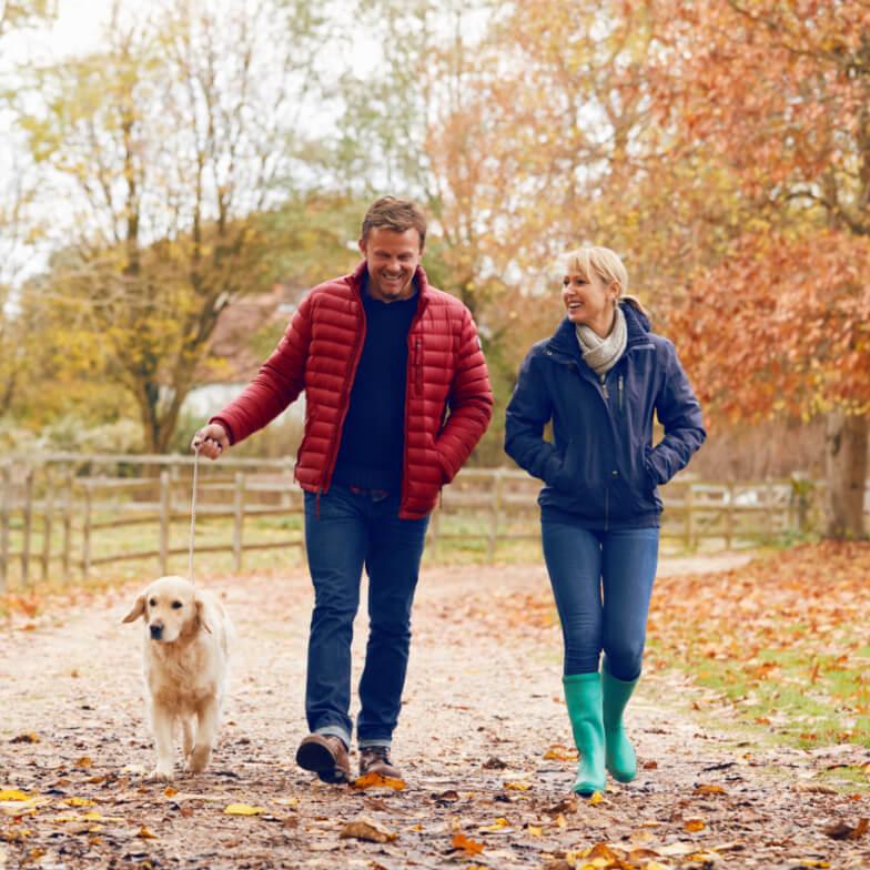 Paar und Hund spazieren
