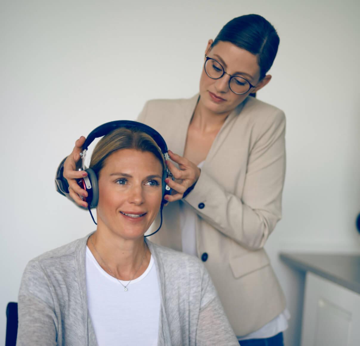 Frau testet Tinnitus-Noiser