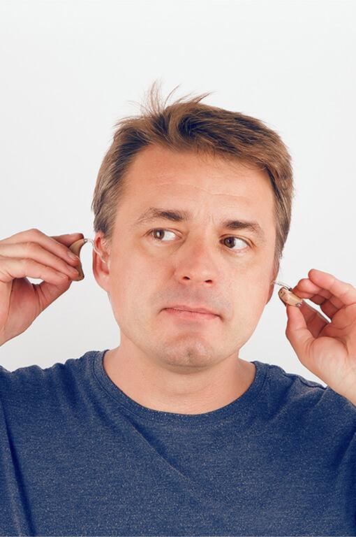 Hörgeräte einsetzen und herausnehmen